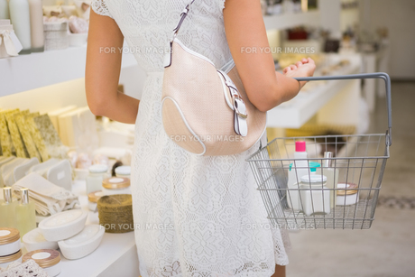 Woman browsing productsの素材 [FYI00009117]