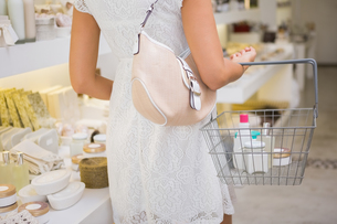 Woman browsing productsの写真素材 [FYI00009117]