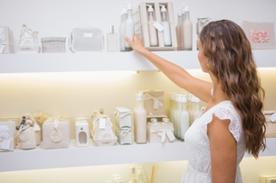 Focused woman browsing productsの写真素材 [FYI00009119]