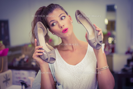 Woman holding high-heeled sandals and having funの写真素材 [FYI00009127]