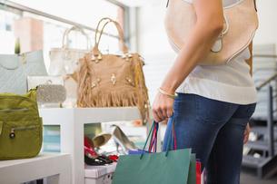Woman browsing bagsの写真素材 [FYI00009128]