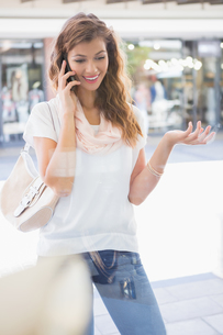 Smiling woman calling with smartphoneの写真素材 [FYI00009137]