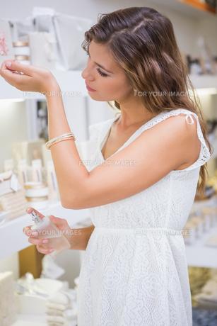 Woman testing perfumeの写真素材 [FYI00009155]