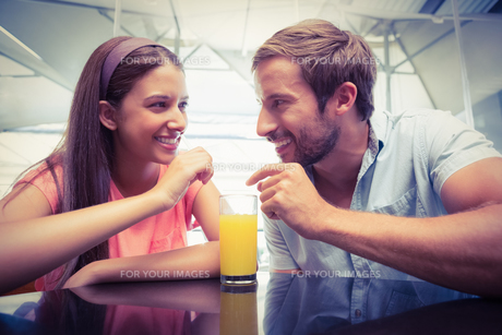 Young happy couple sharing a drinkの素材 [FYI00009181]