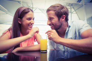 Young happy couple sharing a drinkの写真素材 [FYI00009181]