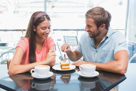 Young happy couple eating cake togetherの写真素材 [FYI00009184]