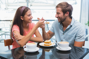 Young happy couple eating cake togetherの写真素材 [FYI00009188]