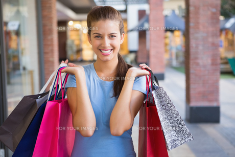 Young happy woman holding her shopping bagsの素材 [FYI00009203]