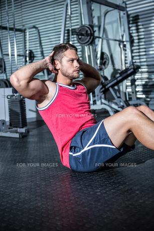 Muscular man doing sit-upsの写真素材 [FYI00009204]