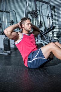 Muscular man doing sit-upsの素材 [FYI00009204]