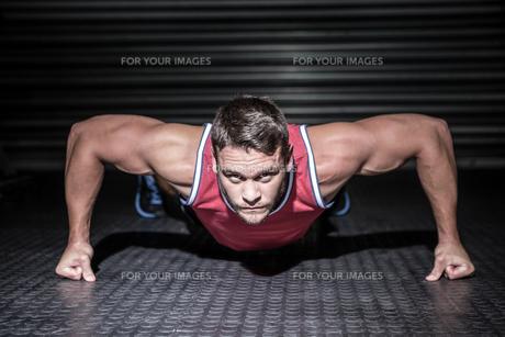 Portrait of muscular man doing push-upsの写真素材 [FYI00009206]