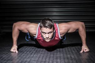 Portrait of muscular man doing push-upsの素材 [FYI00009206]