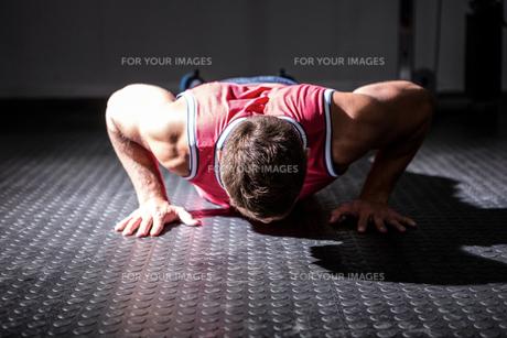 Muscular man doing push-upsの素材 [FYI00009207]