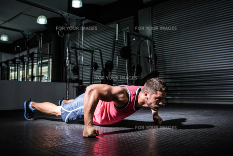 Muscular man doing push-upsの写真素材 [FYI00009208]