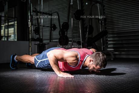 Muscular man doing push-upsの写真素材 [FYI00009209]