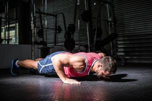 Muscular man doing push-upsの素材 [FYI00009209]