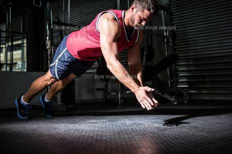 Muscular man doing push-ups with hand clappingの写真素材 [FYI00009211]