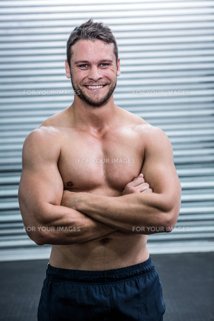Portrait of smiling muscular man looking at cameraの素材 [FYI00009214]