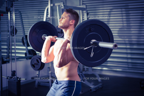 Muscular man lifting a barbellの写真素材 [FYI00009220]