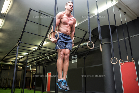 Muscular man doing ring gymnasticsの写真素材 [FYI00009227]