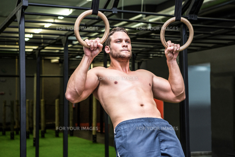Muscular man doing ring gymnasticsの写真素材 [FYI00009229]
