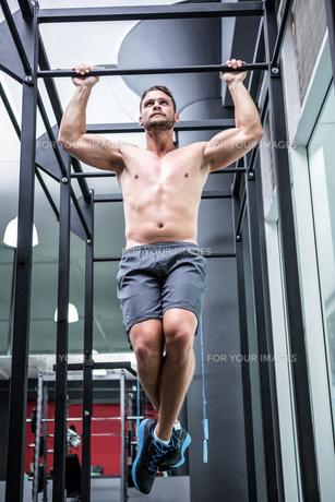 Muscular man doing pull upsの写真素材 [FYI00009231]