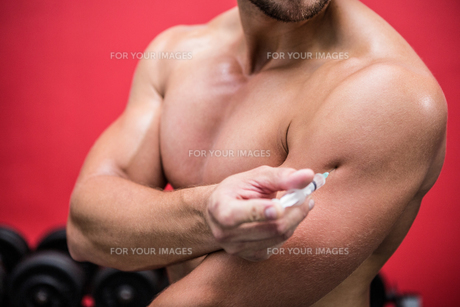 Muscular man injecting steroidsの写真素材 [FYI00009233]