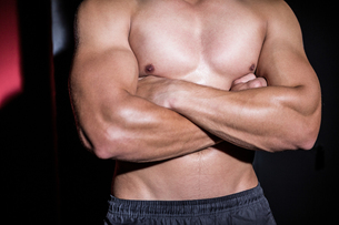 Muscular man with arms crossedの写真素材 [FYI00009237]