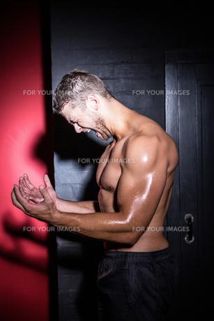 Muscular man screamingの写真素材 [FYI00009243]