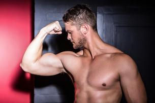Muscular man posingの写真素材 [FYI00009244]
