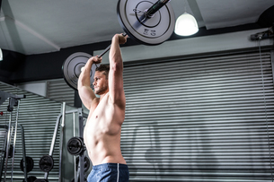 Muscular man lifting a barbellの写真素材 [FYI00009246]