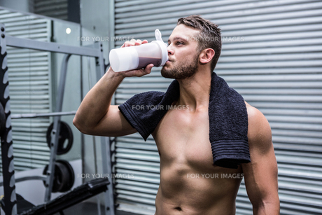 Muscular man drinking protein cocktailの写真素材 [FYI00009253]