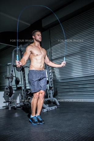 Muscular man skippingの写真素材 [FYI00009258]