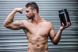 Muscular man posingの写真素材 [FYI00009263]