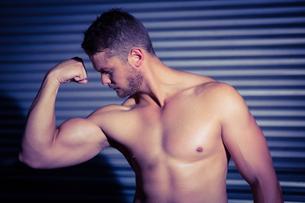 Muscular man posingの素材 [FYI00009264]