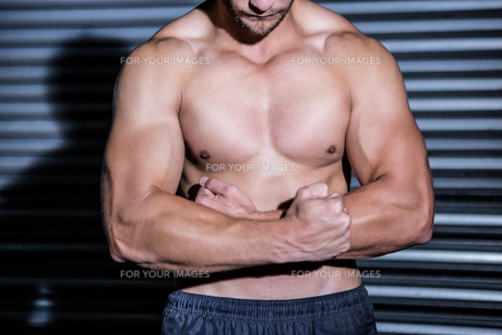 Muscular man with arms crossedの写真素材 [FYI00009265]