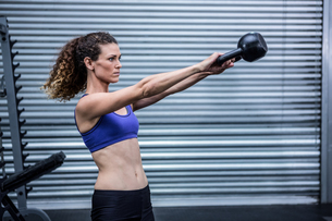 Muscular woman exercising with kettlebellの写真素材 [FYI00009266]