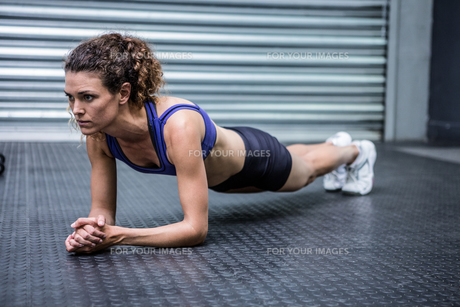 Muscular woman doing push-upsの写真素材 [FYI00009269]