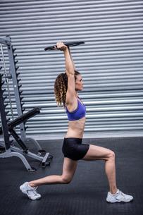 Muscular woman exercisingの写真素材 [FYI00009272]