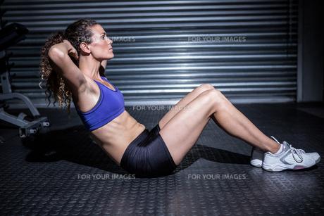 Muscular woman doing sit-upsの素材 [FYI00009276]