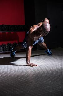 Young Bodybuilder doing One-armed push upsの写真素材 [FYI00009284]
