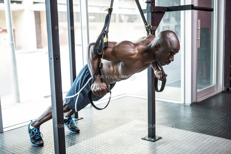 Young bodybuilder doing excercisesの写真素材 [FYI00009288]