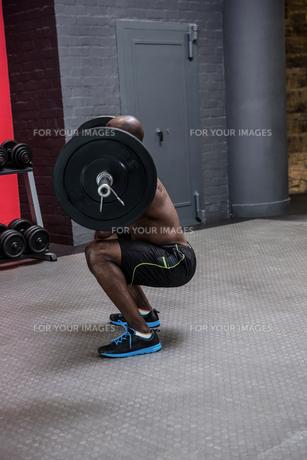 Young Bodybuilder doing weightliftingの写真素材 [FYI00009294]