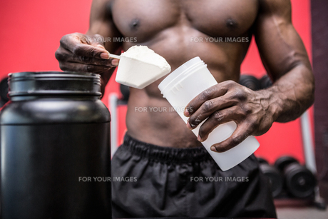 Young Bodybuilder filling his Bottleの素材 [FYI00009295]