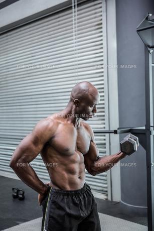 Young Bodybuilder doing weightliftingの写真素材 [FYI00009297]