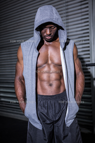 Young Bodybuilder in a hoodie looking at the groundの写真素材 [FYI00009302]