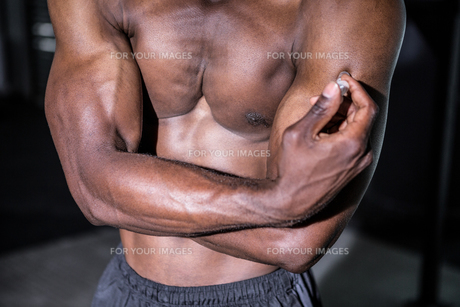 Young Bodybuilder showing his musclesの写真素材 [FYI00009309]