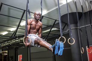 Young Bodybuilder lifting himself up and downの写真素材 [FYI00009314]
