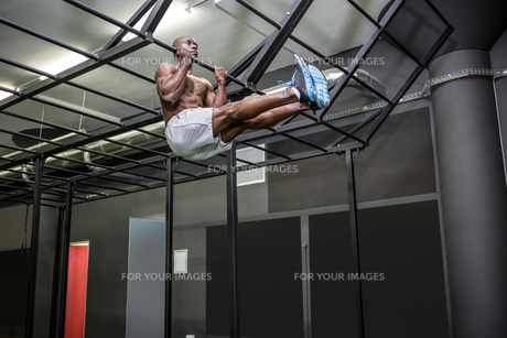 Young Bodybuilder lifting himself up and downの写真素材 [FYI00009316]