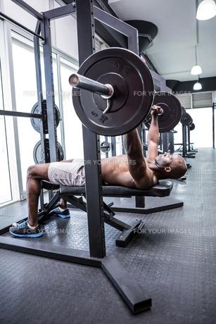 Young Bodybuilder doing weightliftingの写真素材 [FYI00009320]